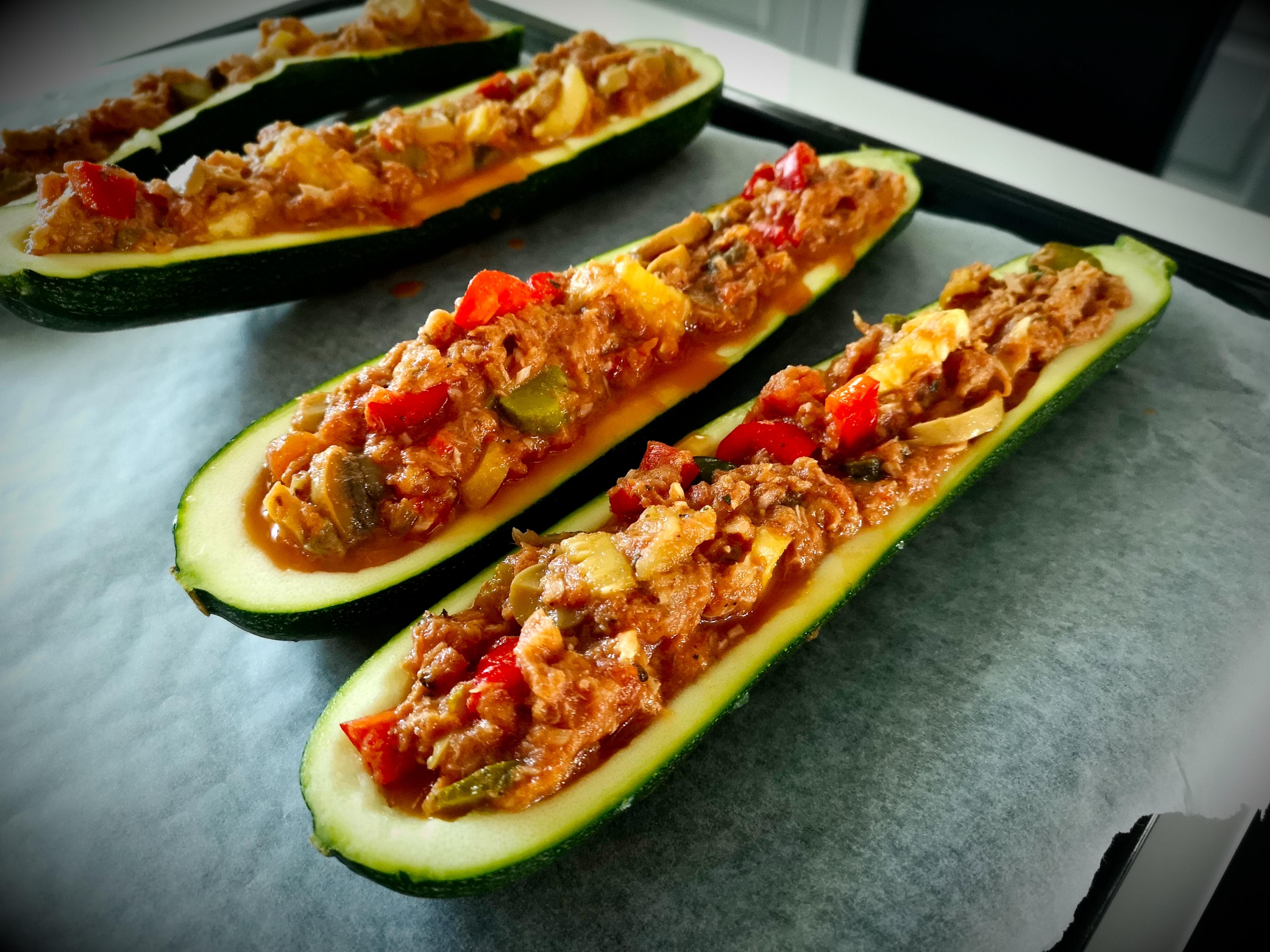 Terveellinen ja maukas täytetty kesäkurpitsa